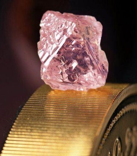 Сколько стоит один грамм бриллиантов - 55 тысяч долларов, бесцветный камень может стоить более 11 долларов за карат, а цветные бриллианты стоят ещё больше
