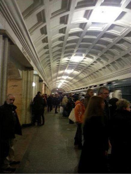 На станции метро Театральная поставили временное освещение