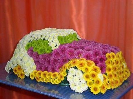 Этот роскошный автомобиль из живых цветов можно преподнести в качестве подарка на юбилей автомобильной компании, для работников ГИБДД, да и любому мужчине или мальчику в день рождения