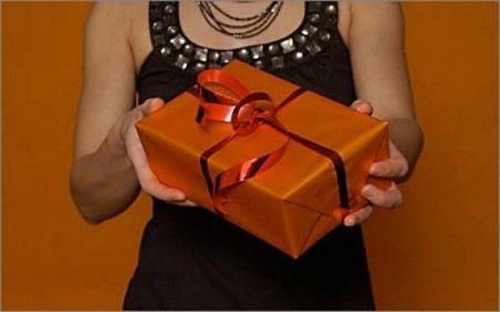 Чиновникам дополнили список «разрешенных презентов». Теперь им можно дарить цветы, канцелярские товары, наградное оружие, продукты и алкоголь, правда не любой