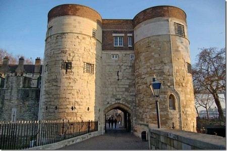 В Лондоне ищут неизвестного, который украл связку ключей от замка Тауэр.