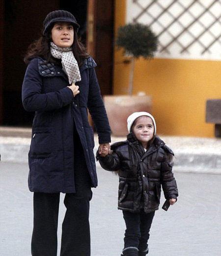 На фото: Сальма Хайек и её дочурка