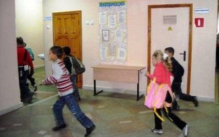 В Москве в школе распылили неизвестный газ из баллончика. Пострадали 18 детей, 1 девочка попала в больницу.