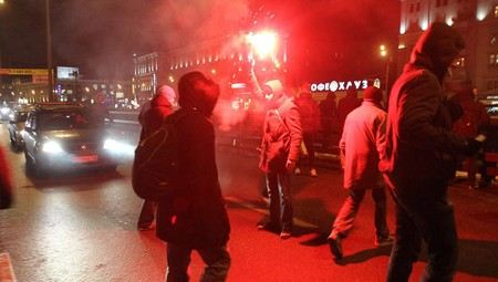 Болельщиком ударил полицейского по лицу на матче «Спартак» - «Барселона» в «Лужниках». Всего за нарушения после матча были задержаны около 50 фанатов.