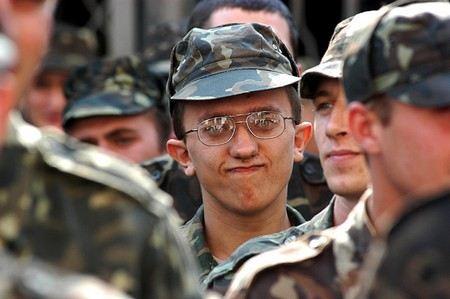 В Кремле и в Госдуме опровергли информацию о том, что срок службы в армии будет увеличен до 1,5 лет.