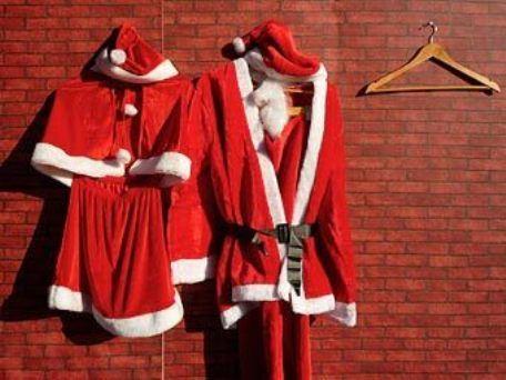 Почему Санта-Клаус разносит подарки один, а Дед Мороз со Снегурочкой?