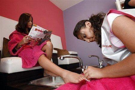 Молодые девушки рады воспользоваться услугами специалистов