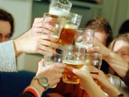 ВЦИОМ рассказал, сколько людей в России пьют