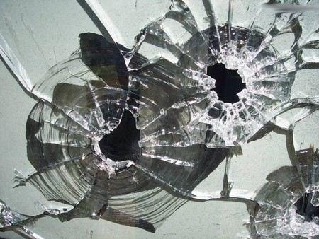 В Москве неизвестный обстрелял машину «скорой помощи» из пневматического оружия.