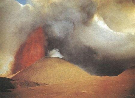 На Камчатке из-за извержения вулкана Плоский Толбанчик введен оранжевый код авиационной опасности.