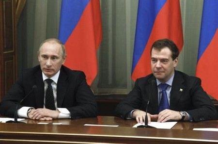 За 7 месяцев рейтинг доверия президенту Владимиру Путину упал на 6%. У Дмитрия Медведева ситуация еще хуже