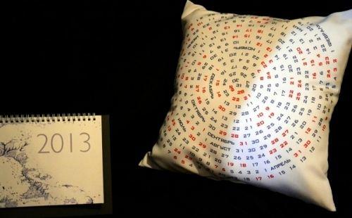 Календарь-подушка и деревянный календарь