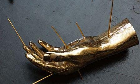 Из хранилища Christie`s в Великобритании украли золотую скульптуру Дугласа Гордона стоимостью 250 тыс. фунтов стерлингов.