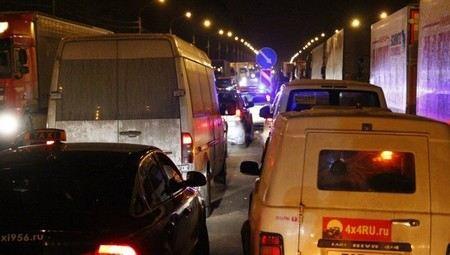 Глава МЧС Владимир Пучков раскритиковал работу дорожных служб на трассе Москва - Санкт-Петербург.