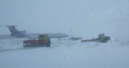 Работа аэропорта Внуково в Москве парализована из-за снегопада.