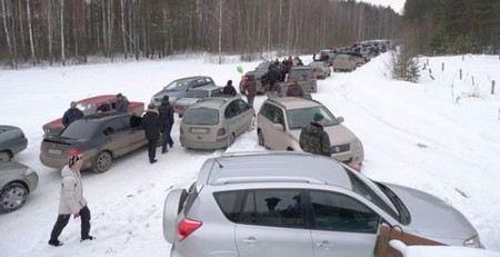 На трассе М-10 из-за снегопада вновь образовались пробки и снижен скоростной режим.