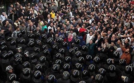 На площадь перед Президентским дворцом в Каире стягивают танки.