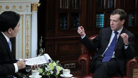 Дмитрий Медведев сегодня даст большое интервью в прямом эфире сразу пяти каналов.