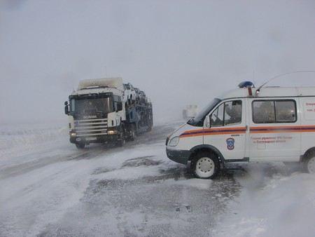 На трассе М-10 «Россия» столкнулись три фуры. Движение пришлось перекрывать в обе стороны.