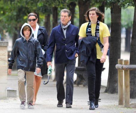 Пирс Броснан с семьей в Париже