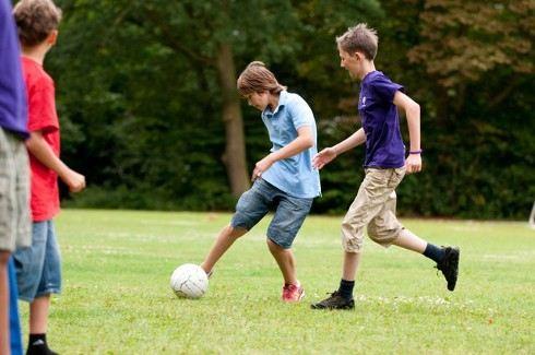 К игре в футбол привлекают молодежь