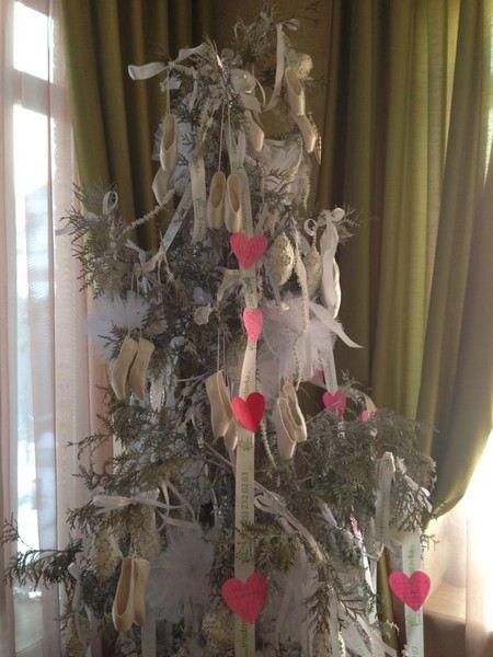 Анастасия Волочкова похвасталась всем своей новогодней елкой с необычными украшениями.