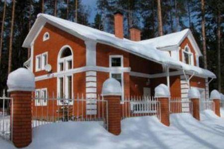 Дом из красного кирпича - символ достатка в регионах