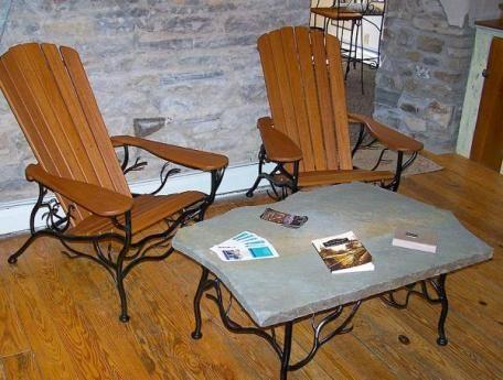 Кованую мебель необходимо покрывать защитным составом от коррозии каждые пять лет