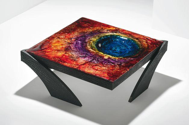 Этот дизайнерский столик вполне бы заинтересовал Паттинсона