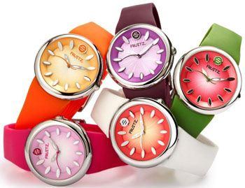 Разные версии циферблатов модных фруктовых часов выполнены в виде различных фруктов и ягод - арбуза, малины, сливы, кокоса