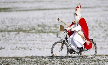 Санта-Клаус отлично вписывается в колоритные южные пейзажи