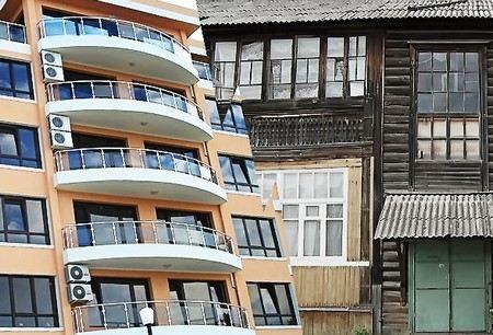 Борьба Путина с «резиновыми домами» вызвала резонанс, а законопроект о фиктивной регистрации хотят оспорить в суде.