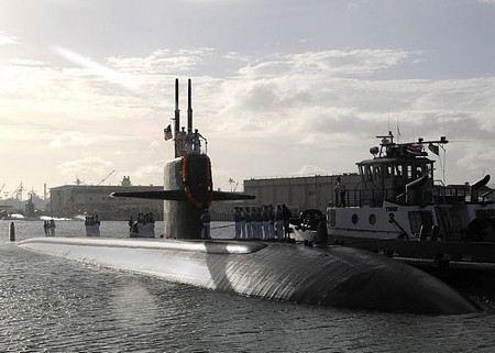 В Персидском заливе американская подводная лодка столкнулась с гражданским судном.