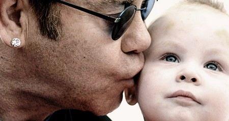 Элтон Джон опроверг информацию о том, что суррогатная мать родила ему второго сына.