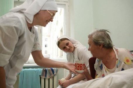 Сестры милосердия и волонтеры заботятся о своих подопечных