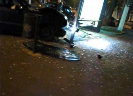 Легковой автомобиль протаранил остановку на МКАД.