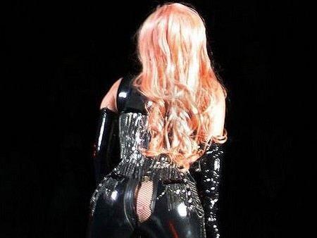У Леди Гага во время концерта порвались брюки на попе.