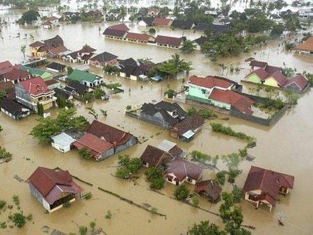 В Индонезии из-за наводнения затоплен президентский дворец.
