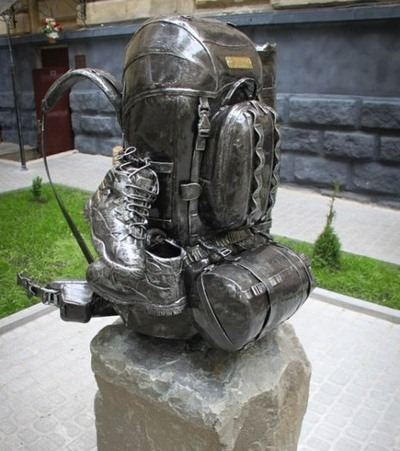 Во Львове расположился необычный памятник рюкзаку