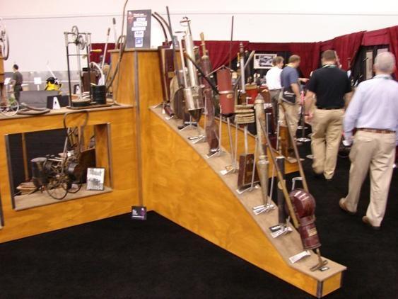 Экспозиция старинных пылесосов музея клининга ISSA в США
