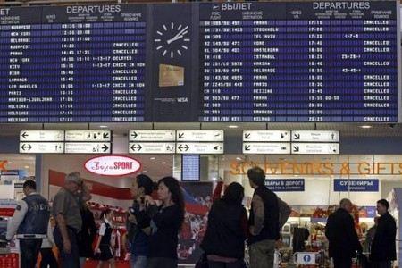 В Европе из-за снегопадов и обледенения самолетов отменены сотни рейсов.