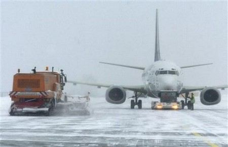 Из-за снегопада нарушено авиасообщение между Москвой и Санкт-Петербургом.
