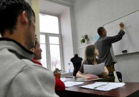 Дмитрий Медведев выступил за введение экзаменов для иностранных мигрантов, приезжающих на работу в Россию.