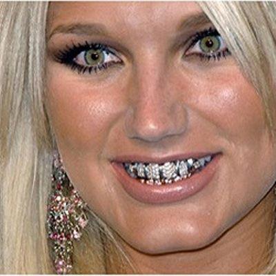 Брук Хоган, певица и дочь спортсмена по борьбе Халка Хогана из США, одаривает публику своей золотой в алмазах улыбкой