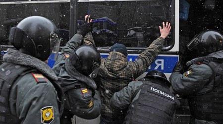 В Москве сотрудники полиции задержали 20 человек из-за несанкционированной акции протеста и драки у здания Госдумы.