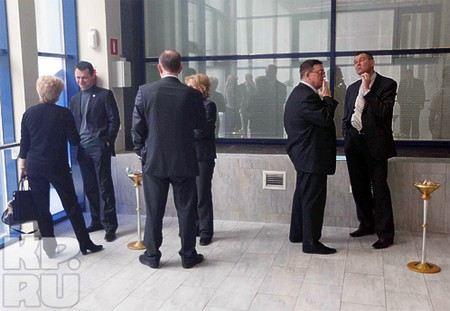 Депутаты сами себе запретили курить в здании Госдумы, когда приняли во втором чтении закон об ограничении курения табака.