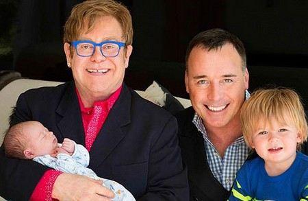 Элтон Джон впервые показал фотографию второго сына, которого ему родила суррогатная мать и рассказал о самой главной тайне в этой семье