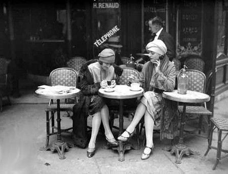 В Париже женщинам официально разрешили носить брюки.