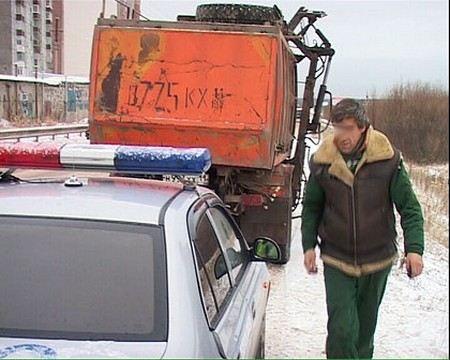 На Третьем транспортном кольце в Москве мусоровоз сбил двоих мужчин, один погиб.