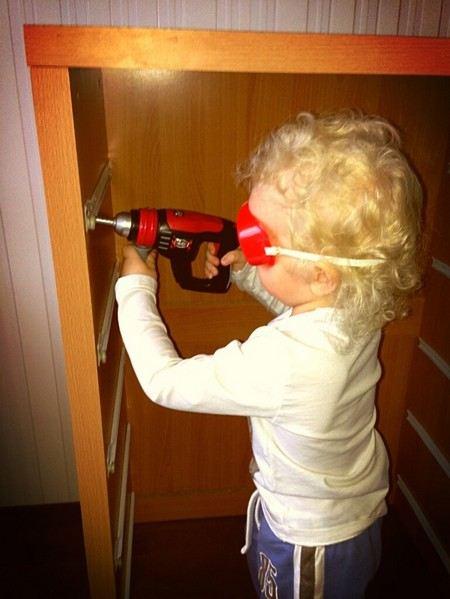Анастасия Калманович разрешает 3-летнему сыну работать с дрелью.